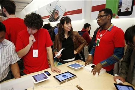 A customer speaks with an Apple employee at the Apple Store during Black Friday in San Francisco, California, November 23, 2012. REUTERS/Stephen Lam