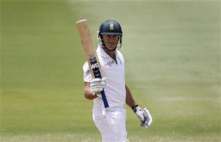 South Africa's Faf du Plessis raises his bat on reaching a half century during the fifth day's play of the second test cricket match against Australia at the Adelaide cricket ground November 26, 2012. REUTERS/Regi Varghese