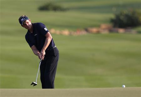 Luke Donald of England hits onto the 18th green during the fourth and final round of the DP World Tour Championship at Jumeirah Golf Estates in Dubai November 25, 2012. REUTERS/Jumana El Heloueh