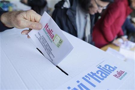 A man casts his ballot at a polling station in Rome November 25, 2012. Italian centre-left voters head to the polls to choose a candidate who will be the leading contender to succeed Mario Monti as prime minister. REUTERS/Tony Gentile (ITALY - Tags: POLITICS ELECTIONS)