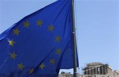 Bajo la presión de los mercados de deuda, la eurozona al completo se está volviendo una economía mucho más equilibrada y potencialmente más dinámica, según mostró el lunes un estudio. La crisis de deuda soberana que dura ya tres años, iniciada por la elevada e insostenible deuda de Grecia, ha forzado a Atenas, además de a Irlanda, Portugal, España e Italia a embarcarse en ambiciosas reformas económicas para recuperar la confianza del mercado. En la imagen, una bandera de la eurozona en Atenas el 17 de junio de 2012. REUTERS/John Kolesidis