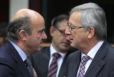 El Gobierno español solicitaría entre 40.000 millones y 42.500 millones de euros en ayuda financiera para rescatar a la banca, según una información publicada por El País citando fuentes del Gobierno. En la imagen, el primer ministro luxemburgués y presidente del Eurogrupo, Jean-Claude Juncker (D), habla con el ministro español de Economía, Luis de Guindos, el 20 de noviembre de 2012 en Bruselas. REUTERS/Yves Herman