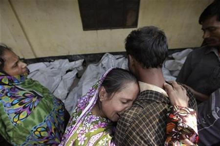 Relatives mourn the death of a garment worker after a fire occurred in a garment factory in Savar November 25, 2012. REUTERS/Andrew Biraj
