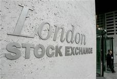 Las bolsas europeas operaban a la baja en las primeras operaciones el lunes, con los inversores centrados en una reunión de ministros de Finanzas de la zona euro sobre Grecia y recogiendo algunos beneficios tras el buen resultado de los principales índices la semana pasada. En la imagen, entrada a la Bolsa de Londres en una fotografía de archivo. REUTERS/Toby Melville
