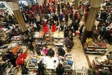 """Las ventas minoristas online durante el denominado """"Viernes Negro"""" alcanzaron por primera vez los 1.000 millones de dólares, ya que los consumidores están utilizando más Internet para hacer anticipadamente sus compras navideñas, dijo el domingo la firma de investigación comScore. En la imagen, de 23 de noviembre, compradores en la tienda Macy de Nueva York con motivo del 'viernes negro'. REUTERS/Keith Bedford"""