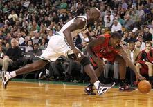 Kevin Garnett sacó la garra en el momento idóneo para anotar los últimos seis puntos de Boston que forzaron la prórroga el domingo, en una noche donde el duro trabajo de los Celtics derrotó a Orlando Magic por 116-110 el domingo.En la imagen, de 17 de noviembre, Kevin Garnett de los Celtics disputa un balón en un encuentro contra los Raptors de Toronto. REUTERS/Jessica Rinaldi