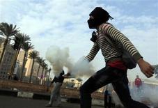 El presidente egipcio, Mohamed Mursi, se reunirá el lunes con destacados magistrados para tratar de paliar la crisis originada en torno a la toma de nuevas competencias, que ha desatado violentas protestas que recuerdan a la revolución que el año pasado le llevó al poder. En la imagen, un manifestante devuelve gases lacrimógenos a la policía en El Cairo el 25 de noviembre de 2012. REUTERS/Mohamed Abd El Ghany