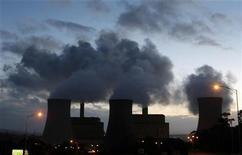 Pese a la creciente alarma en torno al cambio climático, es probable que los casi 200 países que se reúnen en Doha desde el lunes hagan poco más que hablar sobre la necesidad de controlar las emisiones de gases de efecto invernadero. En la imagen, de archivo, varias fábricas emiten humos contaminantes. REUTERS/Mick Tsikas