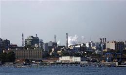 Una immagine dal mare degli stabilimenti dell'Ilva di Taranto, gruppo siderurgico controllato dalla famiglia Riva. 3 agosto, 2012. REUTERS/Yara Nardi