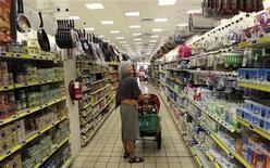 Una donna in un supermercato a Milano, 5 settembre 2012. REUTERS/Stefano Rellandini