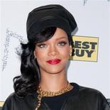 La cantante Rihanna igualó esta semana el récord de tres discos consecutivos en el número uno logrado por Madonna, mientras que la talentosa estrella del programa Factor X Olly Murs consiguió su cuarto número uno con un sencillo, dijo el domingo la Compañía Oficial de Listas de Éxitos. En la imagen, de 20 de noviembre, la cantante Rihanna.