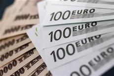Банкноты японской иены и евро в обменном пункте Interbank Inc. в Токио 9 сентября 2010 года. Евро отошел от максимума семи месяцев к иене из-за фиксации прибыли, но от резкого падения евро удерживает надежда на предоставление новых кредитов Греции в ближайшее время. REUTERS/Yuriko Nakao