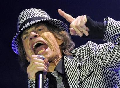 Mick Jagger performs with the Rolling Stones at the O2 Arena in London November 25, 2012. REUTERS/Toby Melville (BRITAIN - Tags: ENTERTAINMENT)
