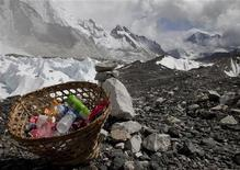 Quince artistas nepalíes se encerraron durante un mes con una pila de 1,5 toneladas de basura recogida del Monte Everest. Cuando salieron, habían transformado la basura en arte. En la imagen, de archivo, basura recogida en el Himalaya. REUTERS/Laurence Tan