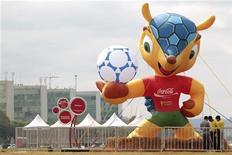 """Boneco da mascote da Copa do Mundo de 2014 é exposto na Esplanada dos Ministérios em Brasília. A mascote oficial da Copa do Mundo de 2014 no Brasil vai se chamar """"Fuleco"""", uma palavra que os organizadores afirmam transmitir uma mensagem de consciência ambiental. 24/09/2012 REUTERS/Ueslei Marcelino"""