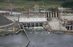 Вид на строящуюся Богучанскую ГЭС на реке Ангара у города Кодинск 28 июля 2011 года. Крупнейшая в РФ гидрогенерирующая госкомпания РусГидро запустила первую очередь Богучанской ГЭС в Красноярском крае, которую строит в партнерстве с алюминиевым гигантом Русал. REUTERS/Ilya Naymushin