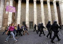 La confianza del consumidor alcanzó un mínimo histórico en noviembre en Italia, en medio de un panorama económico sombrío que ha afectado duramente las finanzas de las familias, mostraron datos difundidos el lunes. En la imagen, profesores durante una manifestación contra las medidas de austeridad en Roma, el 14 de noviembre de 2012. REUTERS/Tony Gentile