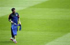 El lateral del Barcelona Dani Alves estará fuera de los terrenos de juego entre 15 y 20 días por una lesión en el tendón de la corva, dijo el líder de la Liga. El internacional brasileño, que ha tenido un inicio difícil de la temporada por lesiones, tuvo que ser sustituido en la primera mitad de la victoria del Barça por 4-0 ante el Levante el domingo. En la imagen, Dani Alves en un entrenamiento en Barcelona el 22 de octubre de 2012. REUTERS/Albert Gea