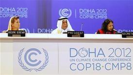 Presidente da (COP18), Abdullah bin Hamad Al-Attiyah (C), fala na Convenção-Quadro das Nações Unidas sobre a Mudança do Clima, em Doha. 26/11/2012 REUTERS/Mohammed Dabbous