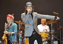 Mick Jagger (C), Keith Richards (E) e Charlie Watts (D) dos Rolling Stones fazem show no 02 Arena, em Londres. Os Rolling Stones saltaram, pavonearam e deram risada ao longo do primeiro dos cinco shows que comemoram o seu jubileu de ouro, com uma apresentação que os críticos disseram ter valido a pena, apesar do alto preço dos ingressos. 25/11/2012 REUTERS/Toby Melville