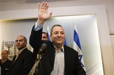 Ministro da Defesa de Israel, Ehud Barak, acena ao sair de uma coletiva de imprensa em Tel Aviv. 26/11/10/2012 REUTERS/Nir Elias
