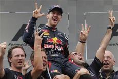 """O alemão Sebastian Vettel (C), da Red Bull, comemora a vitória no GP Brasil de F1 no domingo, em São Paulo. Vettel rejeitou as especulações de que deve deixar a Red Bull e se juntar à Ferrari em 2014, dizendo que estar """"extremamente comprometido"""" com a equipe que o ajudou a conquistar o terceiro título consecutivo da Fórmula 1 no domingo. 25/11/2012 REUTERS/Sergio Moraes"""