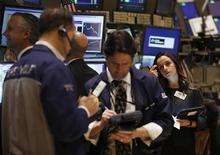 """Трейдеры на торгах Нью-Йоркской фондовой биржи 15 ноября 2012 года. Американский рынок акций начал торги понедельника снижением основных индексов из-за беспокойства инвесторов по поводу финансовой помощи Греции и грозящего США """"бюджетного обрыва"""" в виде одновременного сокращения расходов и повышения налогов. REUTERS/Brendan McDermid"""