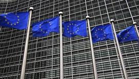 <p>Foto de archivo de banderas de la Unión Europea frente a la sede central de la Comisión Europea en Bruselas. 12 octubre, 2012. Los ministros de finanzas de la zona euro y el Fondo Monetario Internacional iniciaron el lunes su tercer intento en igual cantidad de semanas para liberar la asistencia de emergencia para Grecia, y los funcionarios decían que por ahora no se discute una quita de la deuda griega. REUTERS/Yves Herman</p>