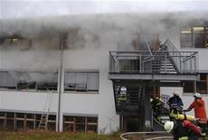 Catorce personas murieron el lunes al producirse un incendio en una fábrica para discapacitados en el suroeste de Alemania, dijo un portavoz de la brigada de bomberos. En la imagen, los bomberos intentan apagar el fuego en Titisee-Neustadt, Alemania, el 26 de noviembre de 2012. REUTERS/Kamara 24.TV