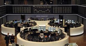 Las bolsas europeas acabaron el lunes con una racha de subidas de cinco días, lastradas por la caída de los títulos de Barclays, después de que un accionista vendiese warrants del banco británico. En la imagen, la bolsa de Fráncfort, el 26 de noviembre de 2012. REUTERS/Remote/Wolfgang Rattay