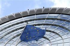 La Comisión Europea presentó el lunes una nueva propuesta para el presupuesto 2013 de la Unión Europea, tres días después de que los jefes de Estado y de Gobierno de los Veintisiete no pudieran acordar un plan presupuestario para el período 2014-2020. En la imagen de archivo, una bandera europea ondea frente al Parlamento europeo en Estrasburgo, el 12 de octubre de 2012. REUTERS/François Lenoir