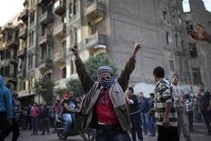 Um garoto gesticula durante embates com a tropa de choque na praça de Tahrir, no Cairo, Egito. 26/11/2012 REUTERS/Ahmed Jadallah
