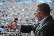 Presidente egípcio, Mohamed Mursi, fala para partidários em frente ao palácio presidencial no Cairo, Egito. Mursi vai se reunir nesta segunda-feira com juízes de altas instâncias para tentar atenuar a crise iniciada com o decreto pelo qual ele se atribuiu mais poderes, e que motivou violentos protestos no país. 23/11/2012 REUTERS/Egyptian Presidency/Handout