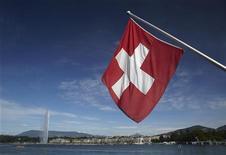 La bandiera svizzera a Ginevra. REUTERS/Denis Balibouse