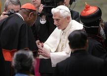 El Papa Benedicto XVI hizo el lunes un nuevo llamamiento por la paz en Oriente Próximo y por la libertad de culto para los cristianos, tras reiterados brotes de violencia e intimidación que han causado gran preocupación en el Vaticano. En la imagen, el Papa Benedicto XVI saluda al nuevo cardenal nigeriano John Olorunfemi Onaiyekan (izquierda) durante una audiencia especial en el hall de Pablo VI en el Vaticano, el 26 de noviembre de 2012. REUTERS/Tony Gentile