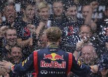 """Sebastian Vettel ha terminado con los rumores de que estaba listo para abandonar el barco de Red Bull y unirse a Ferrari en 2014 diciendo que está """"extremadamente comprometido"""" con la escudería que le ayudó a ganar su tercer título consecutivo de Fórmula Uno el domingo. En la imagen, el piloto alemán de Red Bull Sebastian Vettel celebra su victoria en el mundial de F-1 en el podio con su equipo tras el Gran Premio de Brasil, en el circuito de Interlagos, en Sao Paulo, el 25 de noviembre de 2012. REUTERS/Ricardo Moraes"""