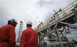 Funcionários da Petrobras conversam em plataforma a cerca de 300 quilômetros da costa do Rio de Janeiro. A Petrobras quer a resolução do impasse sobre a divisão de royalties do petróleo para garantir leilões de novas áreas de concessão e o andamento de projetos no pré-sal. 16/02/2011 REUTERS/Sergio Moraes