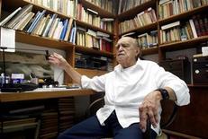 Foto de arquivo do arquiteto Oscar Niemeyer em seu escritório no Rio de Janeiro. Niemeyer, de 104 anos, teve uma discreta melhora em seu quadro clínico, segundo boletim médico do hospital Samaritano, no Rio de Janeiro, onde ele foi internado no início de novembro. REUTERS/Sérgio Moraes
