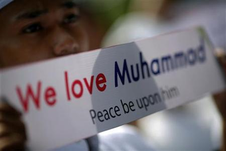 A Muslim protester holds up a banner outside the U.S. embassy in Bangkok September 27, 2012. REUTERS/Damir Sagolj/Files