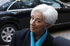 El Fondo Monetario Internacional quiere que la zona euro acceda a recortar de inmediato la deuda de Grecia en 20 puntos porcentuales en relación al PIB y busca una mayor reducción en el futuro para que las finanzas de Atenas sean sostenibles, dijo el lunes una fuente cercana a las discusiones de la UE y el FMI. Imagen de la directora gerente del FMI, Christine Lagarde, llega a la reunión con los ministros de Finanzas de la eurozona celebrada el 26 de noviembre en Bruselas. REUTERS/François Lenoir