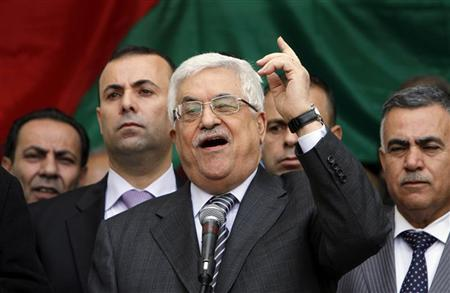 Palestinian President Mahmoud Abbas (C) gestures as he addresses the crowd during a rally in support of his efforts to secure a diplomatic upgrade at the United Nations, in the West Bank city of Ramallah November 25, 2012. REUTERS/Mohamad Torokman