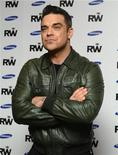 "Músico inglês, Robbie Williams, posa para fotograficas em Londres. Ainda famoso como integrante intermitente da ""boyband"" Take That, Williams diz que é hora de ser levado a sério como artista solo e provar seu lugar no topo do pop. 26/11/2012 REUTERS/Paul Hackett"