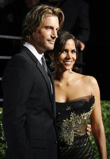 Actress Halle Berry and model Gabriel Aubry pose as they arrive at the 2009 Vanity Fair Oscar Party in West Hollywood, California February 22, 2009. REUTERS/Danny Moloshok