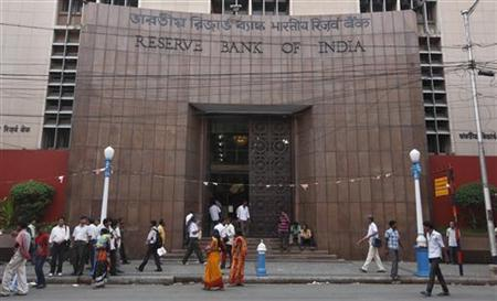 People walk in front of the Reserve Bank of India (RBI) building in Kolkata May 21, 2012. REUTERS/Rupak De Chowdhuri/Files