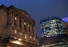 La elección británica de un canadiense para dirigir el Banco de Inglaterra podría llevar a los banqueros centrales al mundo de las elites trotamundos que dominan los principales puestos en empresas y deportes. En la imagen, una vista general muestra el Banco de Inglaterra en la 'City' de Londres, el 26 de noviembre de 2012. REUTERS/Olivia Harris