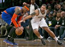 Los Nets de Brooklyn derrotaron a los Knicks de Nueva York por 96-89 en una emocionante prórroga el lunes enmarcada en la primera batalla entre los dos grandes rivales de la ciudad. En la imagen, de 26 de noviembre, el base de Brooklyn Deron Williams pelea un balón con el alero de los Knicks Carmelo Anthony. REUTERS/Ray Stubblebine