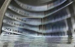 Аппарат считает банкноты евро в ЦБ Бельгии в Брюсселе 26 октября 2011 года. Европа готовится вслед за США отложить введение строгих правил, касающихся банковского капитала, в то же время требуя изменения позиции США, сообщили источники из Евросоюза. REUTERS/Thierry Roge
