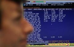 El Tesoro Público español colocó algo más de los 4.000 millones de euros fijados para la subasta de sus Letras a corto plazo a tipos más bajos frente a la anterior emisión. En la imagen de archivo, un trader miras los resultados de una subasta de bonos en Madrid, el 5 de julio de 2012. REUTERS/Andrea Coma