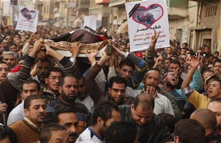 Muslim Brotherhood supporters and relatives carry the body of 15-year-old Islam Massoud during his funeral in the Egyptian town of Damanhour November 26, 2012. REUTERS/Asmaa Waguih