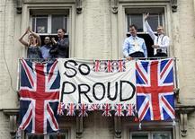 Pessoas acenam de prédio comercial durante desfile de atletas olímpicos e paralímpicos, em Londres. A economia britânica cresceu 1 por cento no terceiro trimestre, conforme estimado originalmente, mostraram dados nesta terça-feira, mas essa força não deva se sustentar. 10/09/2012 REUTERS/Adrian Dennis/POOL